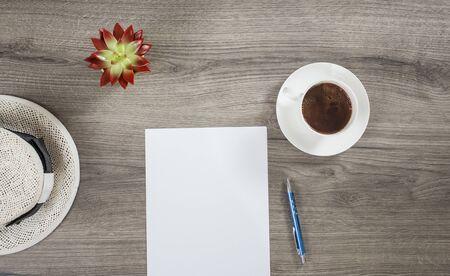 Faire des projets matinaux sur l'été en buvant du café