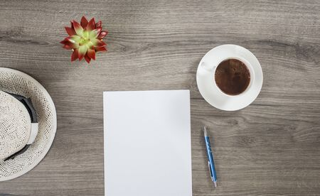 Robienie porannych planów na lato przy kawie