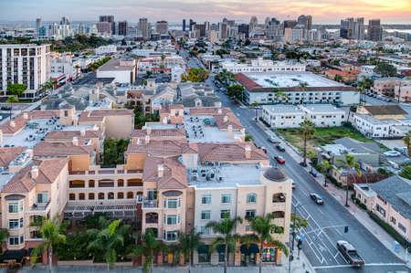 San Diego ダウンタウンに対して色鮮やかな夕焼け 報道画像