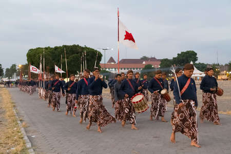 YOGYAKARTA, INDONESIA - CIRCA SEPTEMBER 2015: Ceremonial Sultan Guards in sarongs march in formation in front of Sultan Palace (Keraton), Yogyakarta, Indonesia 新聞圖片