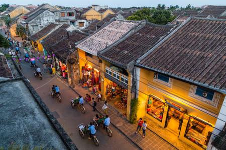 ホイアン、ベトナム - 2015 年 8 月頃: ホイアンの旧市街の通りを歩く人々 はベトナム