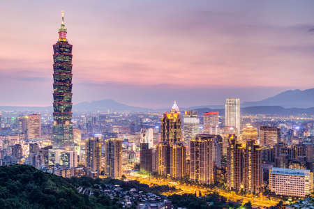 台北, 台湾 - 2015 年 8 月頃: 台北 101 や日没時台北、台湾の台北 WTC タワー 報道画像