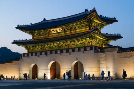 Seoul, South Korea - circa September 2015: Gwanghwamun gate of Gyeongbokgung Palace, Seoul, Korea by evening 新聞圖片
