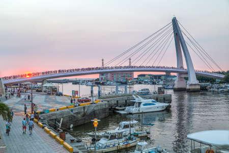 新台北市, 台湾 - 2015 年 8 月頃: 夕暮れ時新台北市, 台湾の淡水の恋人橋 写真素材 - 49433099