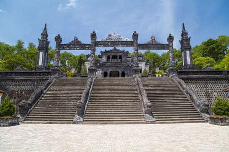 ベトナム ・ フエ カイ ディン御陵のグランドの階段