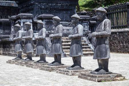 ベトナム ・ フエ カイ ディン御陵の戦士の像