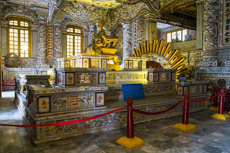 HUE, VIETNAM - CIRCA AUGUST 2015: Royal Grave in Imperial Khai Dinh Tomb in Hue, Vietnam 新聞圖片