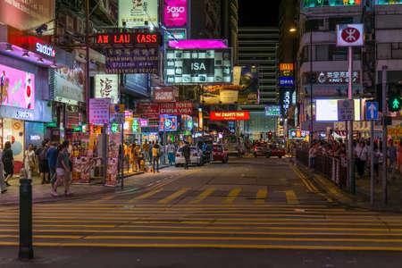 2015年 9 月年頃中国 - 香港: 香港の通り歩行者、ライト ネオンと看板夜