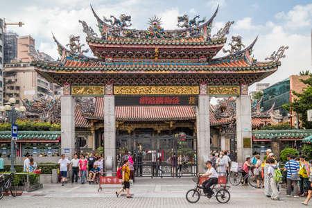 台北, 台湾 - 2015年 9 月年頃: 台湾台北市の龍山寺の門 報道画像