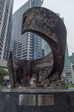 SINGAPOUR, SINGAPOUR - CIRCA septembre 2015: Progrès et promotion sculpture à Raffles Place, Singapour