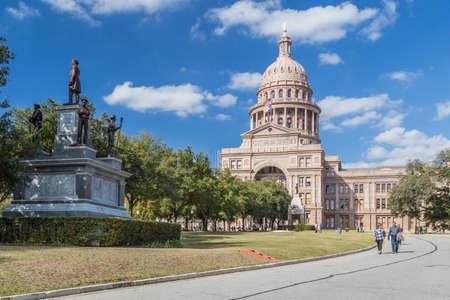 オースティン、テキサス州アメリカ合衆国 - 2016 年 2 月頃: オースティン、テキサス州で南軍の兵士記念碑とテキサス州議会議事堂