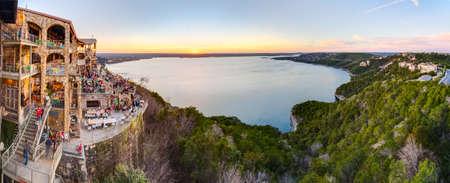 オースティン、テキサス州アメリカ合衆国 - 2016 年 2 月頃: 夕暮れ時、テキサス州オースティンで、オアシス レストランからトラヴィス湖のパノラ