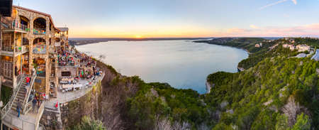 Austin, TX/USA - circa February 2016: Panorama of Lake Travis from The Oasis restaurant in Austin, Texas at sunset 新聞圖片