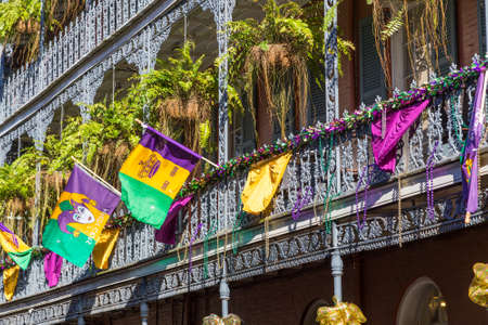 Ironwork galleries on the Streets of French Quarter decorated for Mardi Gras in New Orleans, Louisiana Stockfoto