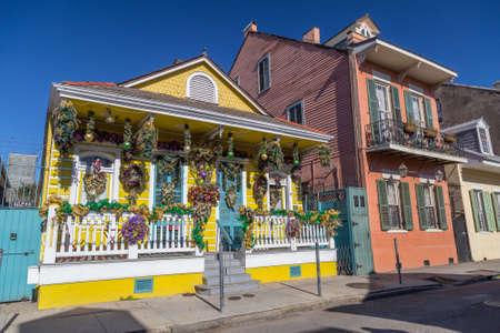 フレンチ ・ クオーターの通りの古い植民地家はニユー ・ オーリンズ、ルイジアナ州のマルディグラの装飾 写真素材