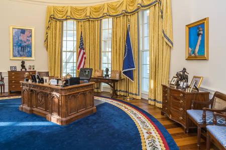 bandera blanca: Little Rock, AR  EE.UU. - alrededor de febrero de 2016: Réplica de la Casa Blanca en la Oficina Oval Centro Presidencial William J. Clinton y la biblioteca en Little Rock, Arkansas