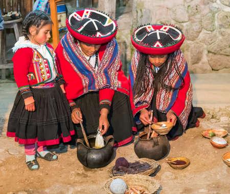 2015 年 6 月頃 - オリャンタイタンボ、ペルー: ペルーの伝統的な服の女性は、クスコ、ペルーの近くのアルパカとラマのウールの天然染料を使用 報道画像