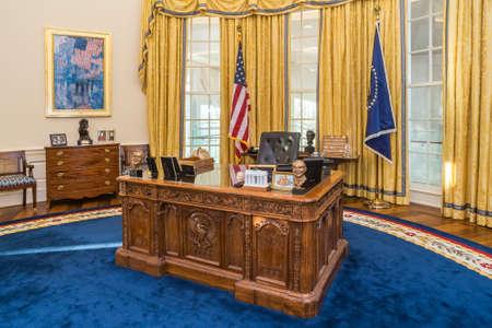 Little Rock, AR / USA - circa Februar 2016: Tabelle in der Replik des Weißen Hauses Oval Office in William J. Clinton Presidential Center und Bibliothek in Little Rock, Arkansas