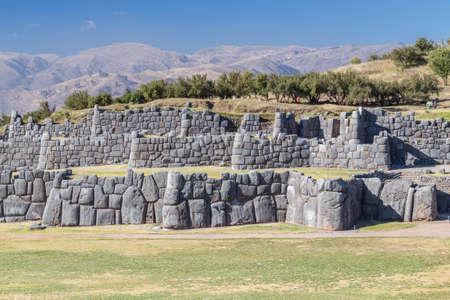 ペルーのクスコで Saksaywaman、Saqsaywaman、Sasawaman、Saksawaman、Sacsahuayman、Sasaywaman または Saksaq Waman のシタデル要塞で石の壁
