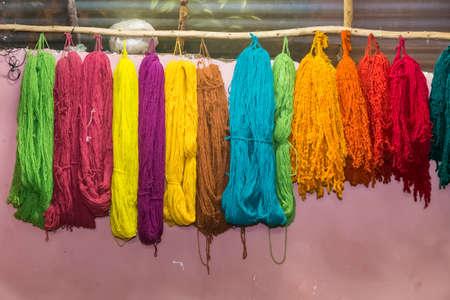 リャマとアルパカ アンデス山脈、ペルーのクスコの近くのカラフルな糸がきました