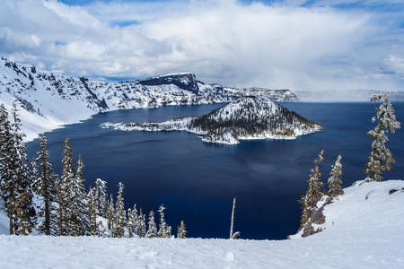 Wizard Island in caldera lake in Crater Lake National Park, Oregon, USA 版權商用圖片