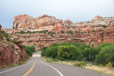 Highway running through Grand Staircase in Escalante National Monument, Utah, USA 版權商用圖片