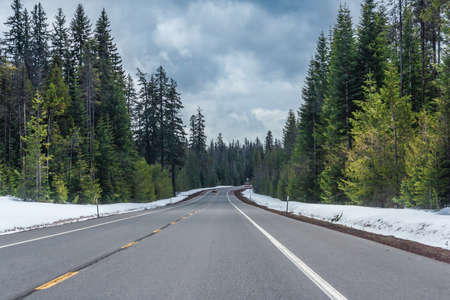 Highway running through forests of Oregon covered with snow, USA 版權商用圖片
