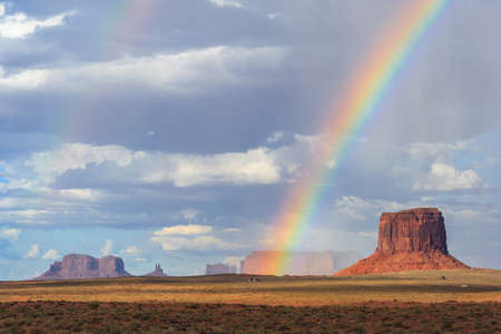 Double Rainbow over Monument Valley between Arizona and Utah 版權商用圖片 - 58601008