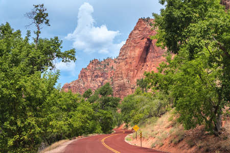 Highway entrance and scenic drive to Zion National Park in Utah 版權商用圖片 - 58601116