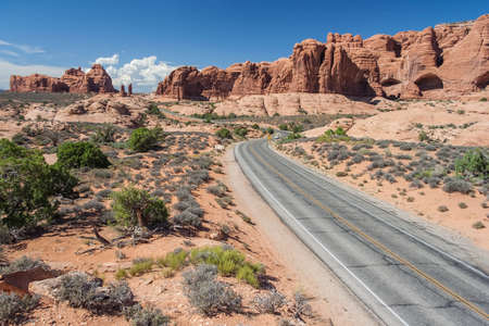 Scenic highway between Petrified Dunes and Fiery Furnace at Arches National Park, Utah, USA 版權商用圖片 - 58601118