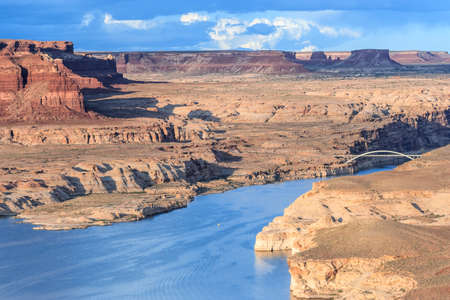 Hite Crossing Bridge across Colorado River in Glen Canyon National Recreation Area 版權商用圖片 - 58601137