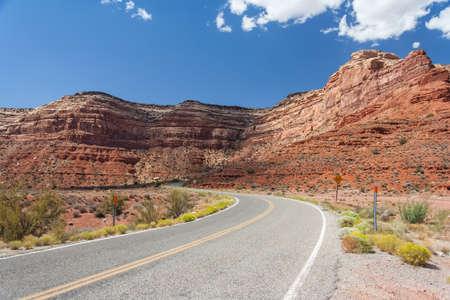 高速道路 261 神々、ユタ州、アメリカ合衆国の谷の Moki Dugway としても知られています。