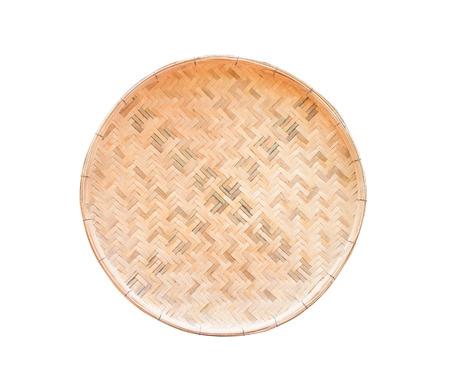 Vassoio in legno intrecciato artigianale tradizionale isolato su priorità bassa bianca con il percorso di residuo della potatura meccanica
