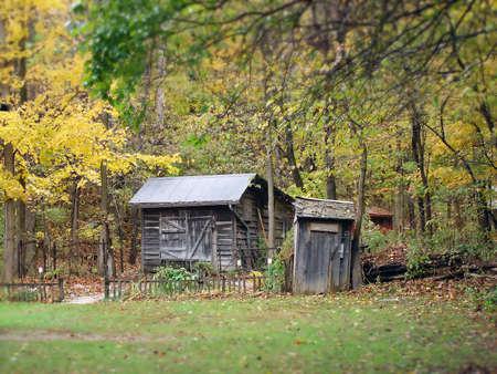 una vecchia casa abbandonata e dipendenza nei boschi
