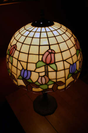 una vecchia lampada tiffany antichi illumina una camera
