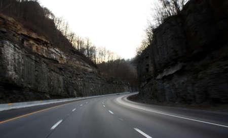 una strada attraverso le montagne in tennessee