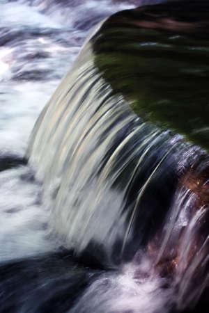una cascata di mini in un flusso Archivio Fotografico