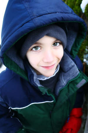 impacchettati ragazzo nella neve