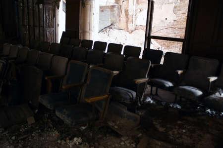 sedie in un teatro abbandonato Archivio Fotografico
