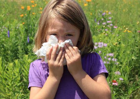 alergenos: Ni�o de sonarse la nariz Foto de archivo