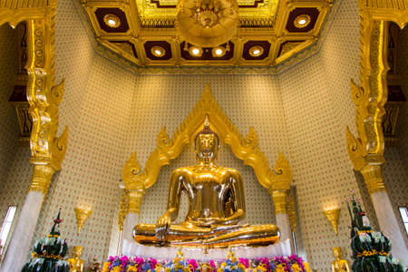 cabeza de buda: Golden Buddha,Wat Trimit, Bangkok, Thailand. Famous for its gigantic, three-meters tall and 5.5 tons Buddha Image, made of solid gold during the Ayuthaya period. Editorial