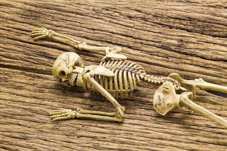 ahorcado: Esqueleto en el fondo de madera vieja Foto de archivo
