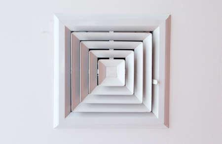 celulosa: conducto de aire en forma cuadrada en el techo de celulosa.