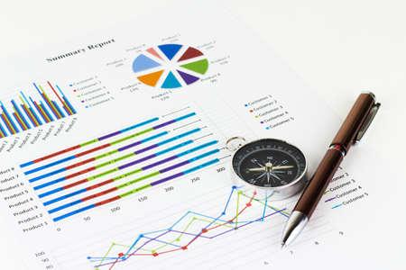 Bussiness grafieken en financiën met een kompas liggen in de buurt.