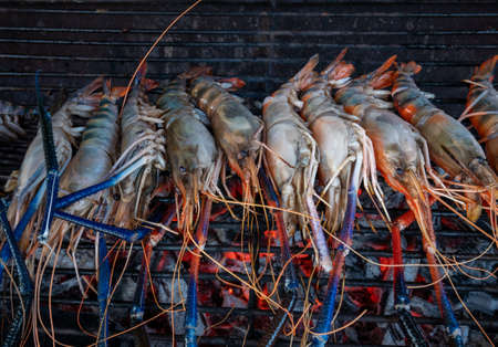 Cook the BBQ Seafood Prawns, Grilled river shrimp with Thai food. Фото со стока