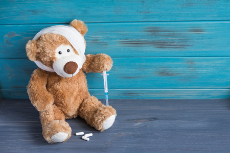 Toy bear with a bandaged head rewound. The basis for the banner associated with the health of children. Children health. Фото со стока - 119644850