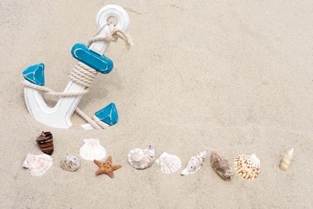 Morskie tło z kotwicą. Zakotwiczyć w piasku. Ramka na tekst banera z piasku z kotwicą