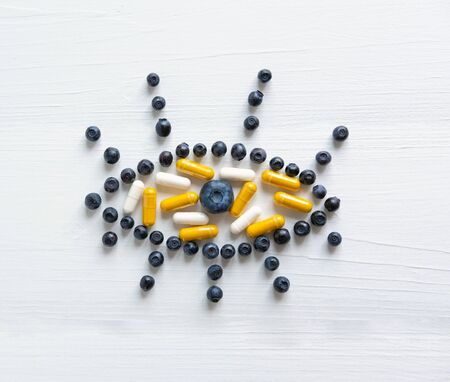 Conceptual photo of the treatment of vision. Products that improve vision. Blueberries and vitamins for eye health. Banque d'images