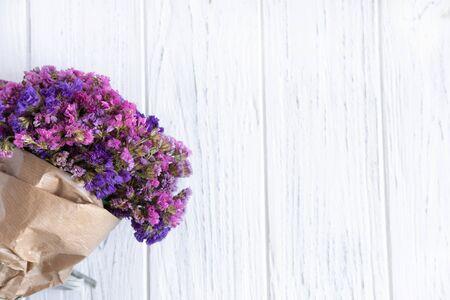 Bouquet de fleurs sauvages séchées sur un fond en bois clair. Bannière de voeux d'anniversaire. Cadre pour texte avec des fleurs sauvages.