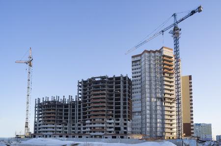 Twee opheffen van kraan en gebouw in aanbouw